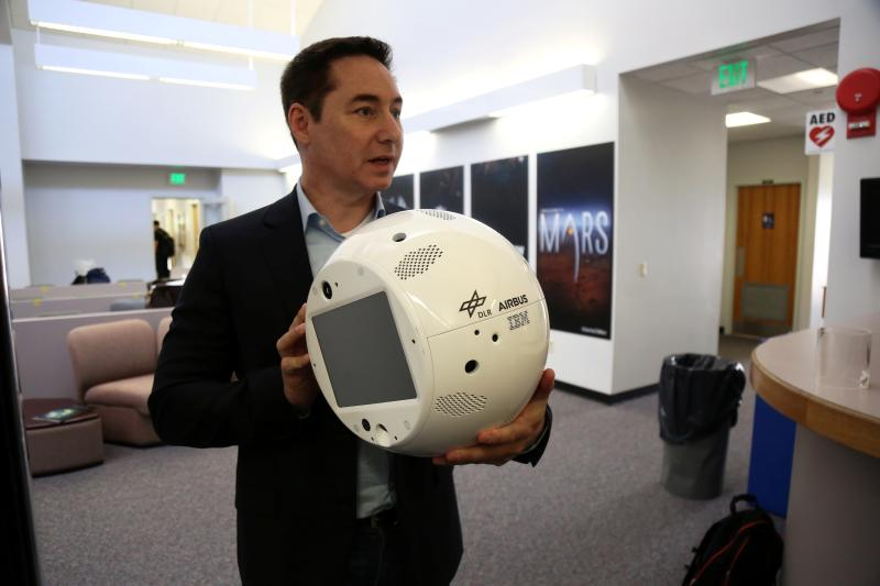 Bret Greenstein, vicepresidente IBM Global di Watson Internet of Things Offerings, mostra un esempio del robot CIMON