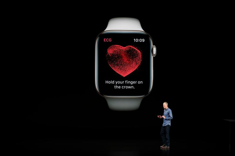 Jeff Williams, Chief Operating Officer di Apple, illustra il nuovo smartwatch allo Steve Jobs Theatre a Cupertino